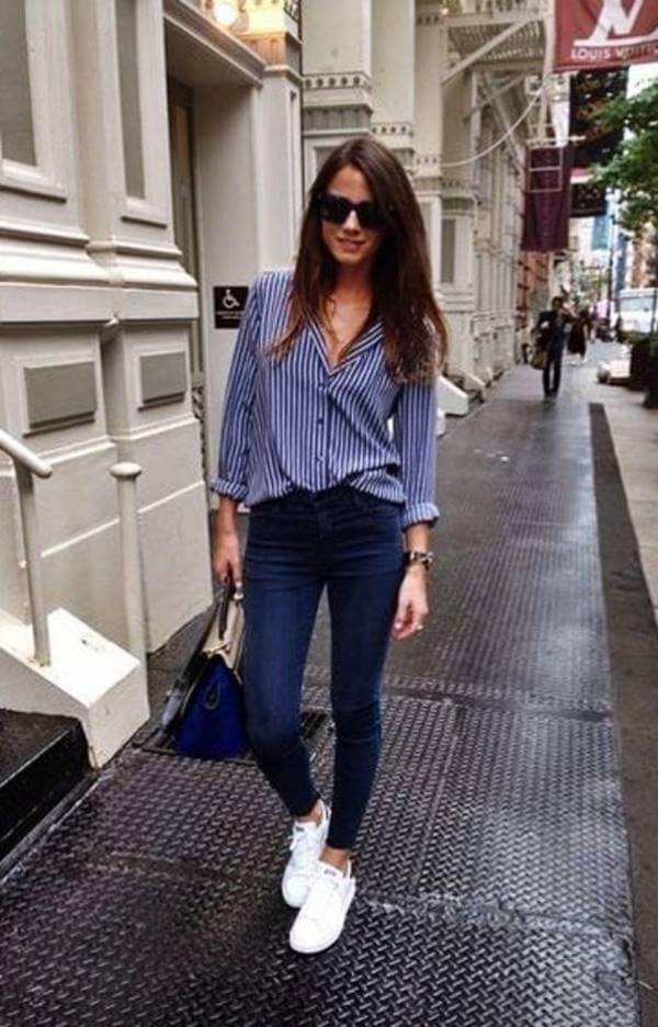 Foto de chica usando jeans y camisa azul