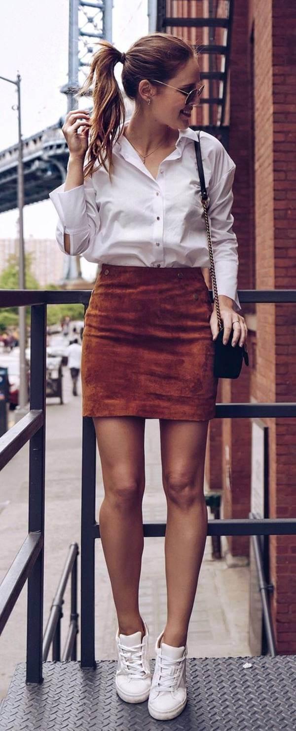 Foto de chica usando minifalda café y camisa blanca