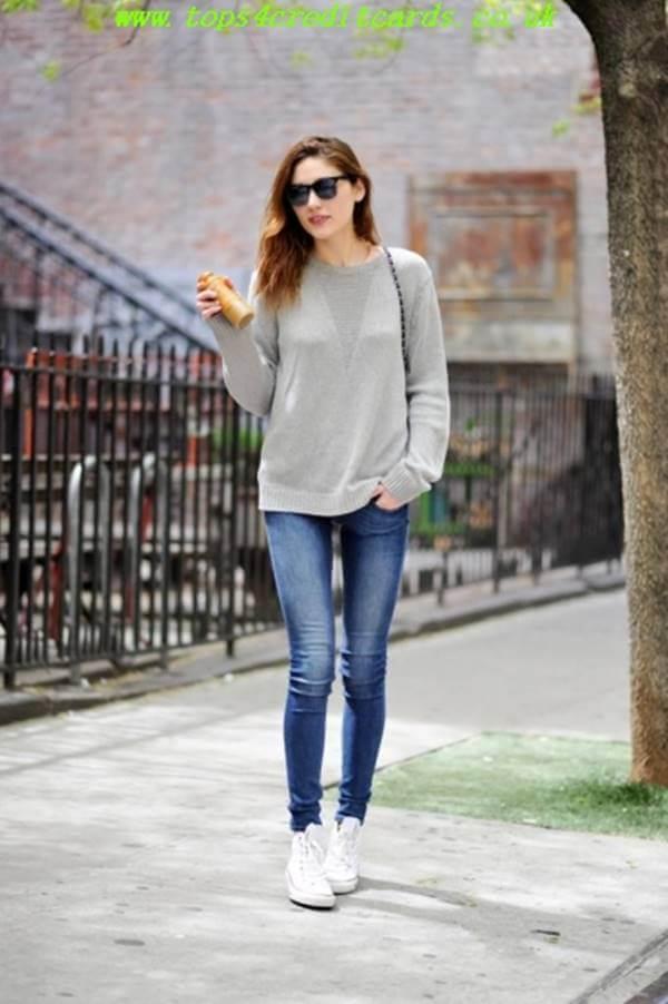 Foto de chica usando jeans y buzo gris largo