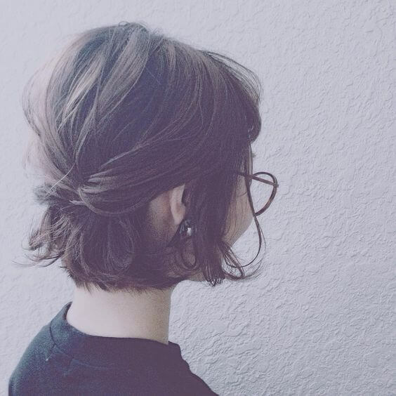 Chica con peinado a la altura de la nuca