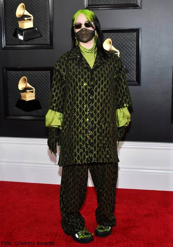 Foto de Billie Eilish con horrible traje verde, de lo peor en la alfombra roja en los Grammy Awards 2020