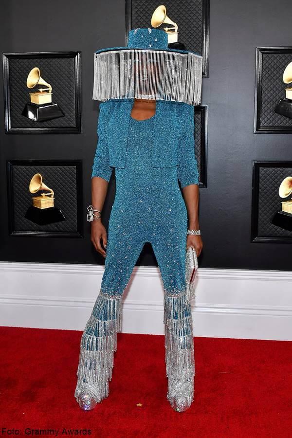 Foto de Billy Porter en vestido femenino azul, de lo peor alfombra roja en los Grammy Awards 2020
