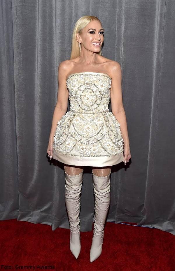 Foto de Gwen Stefani con vestido campirano blanco