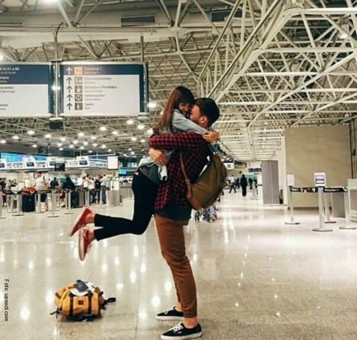 reencuentro de una pareja en el aeropuerto.