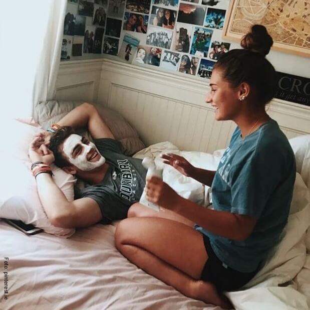 Una pareja disfrutando de una mascarilla casera.