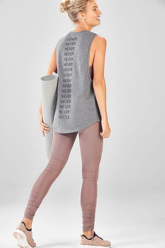 Foto de chica con ropa para hacer yoga