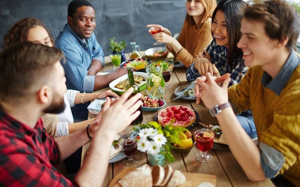 Foto de grupo de amigos cenando