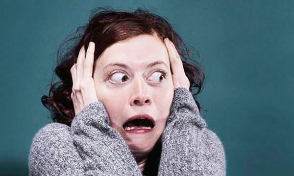 Foto de mujer asustad, por eso Tinder mejora su seguridad