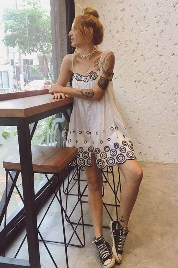 Foto de chica usando uno de estos vestidos hippies con tenis Converse