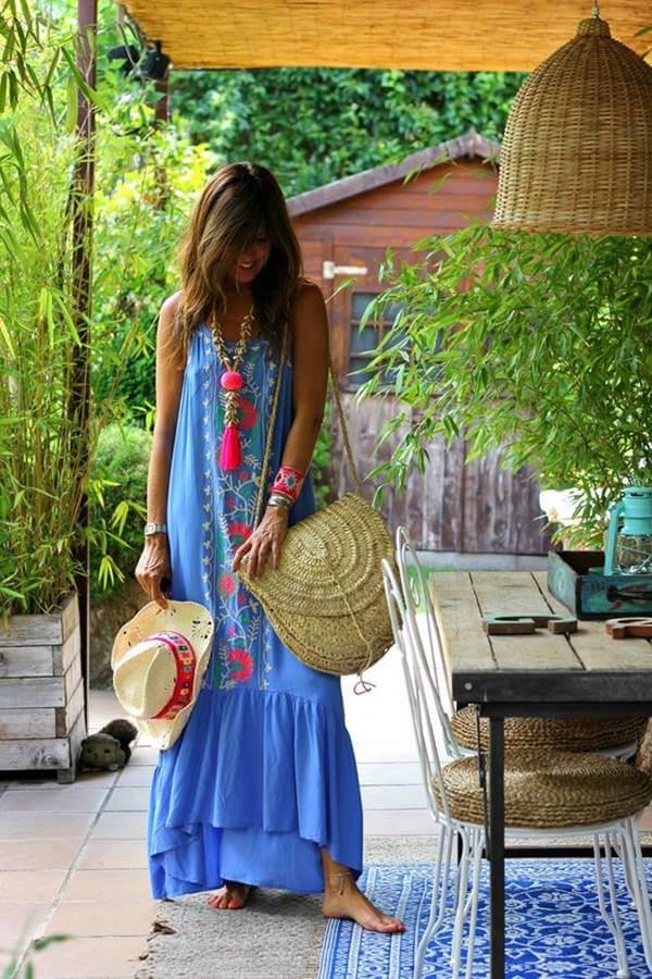 Foto de una chica usando uno de estos vestidos hippies color azul