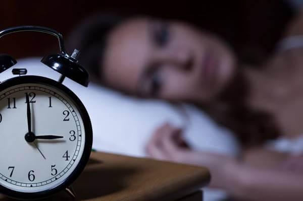 Foto de una mujer desvelada, una de las consecuencias del estrés laboral