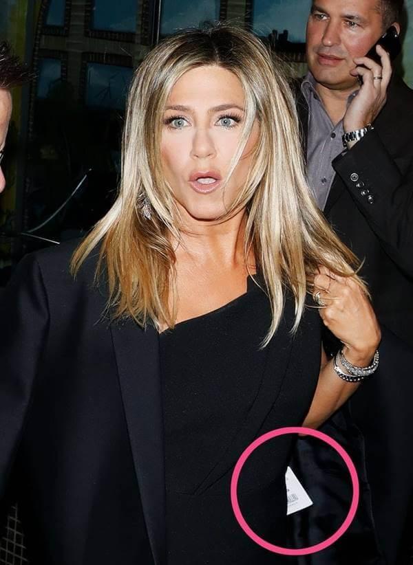 Foto de Jennifer Aniston en donde se le ve el precio del abrigo
