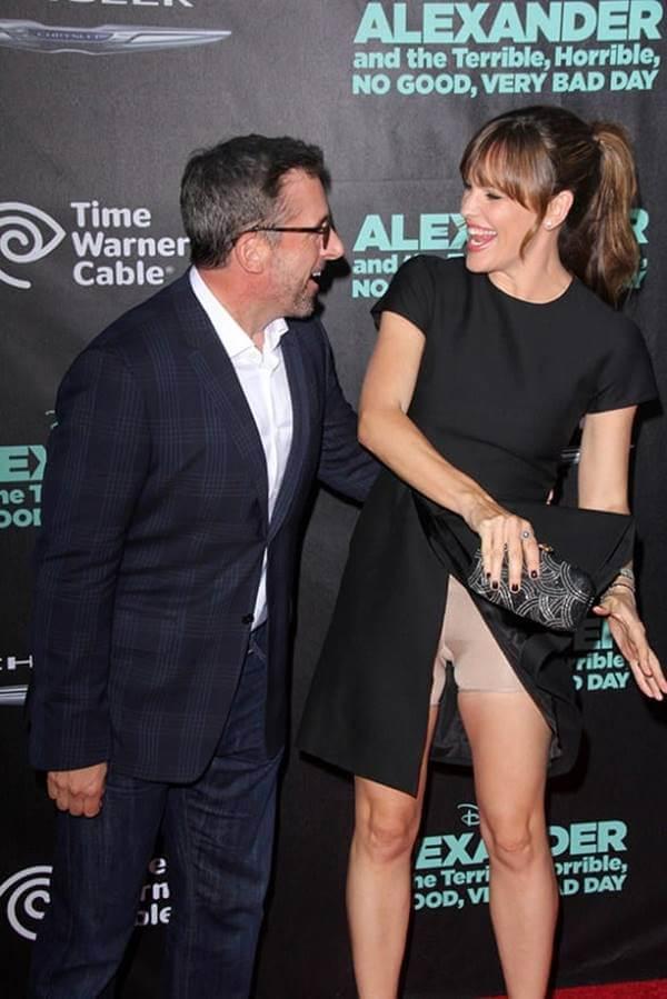 Foto de la actriz Jennifer Garner donde se le ve la faja por la abertura del vertido