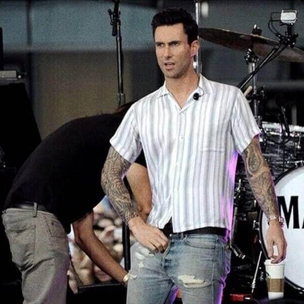Foto de Adam Levine, de Maroon 5 con la bragueta abajo
