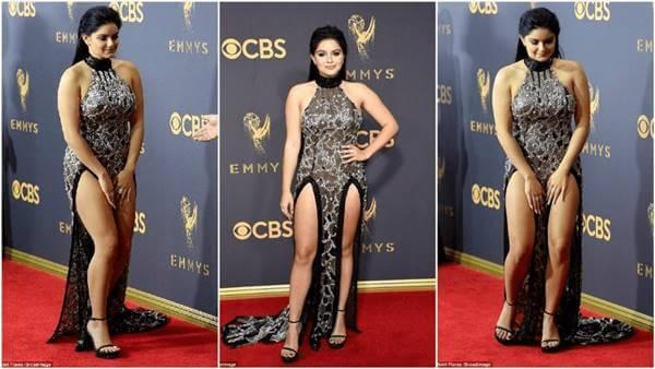 Foto de la actriz Ariel Winter en los Premios Emmy 2017 tapándose la abertura del vestido