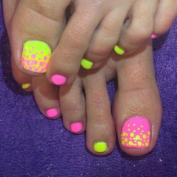 Foto de pedicure amarillo y rosa, uno de los diseños de uñas para pies, juveniles