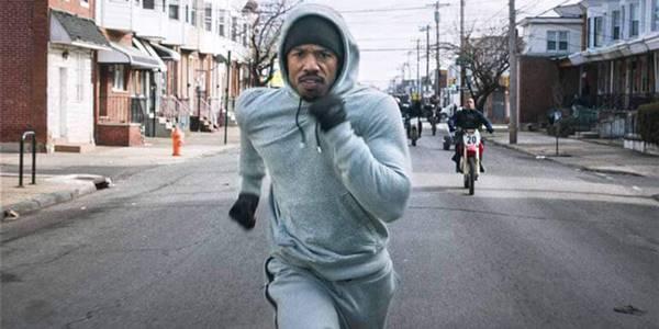 Foto de hombre corriendo hacia la cámara