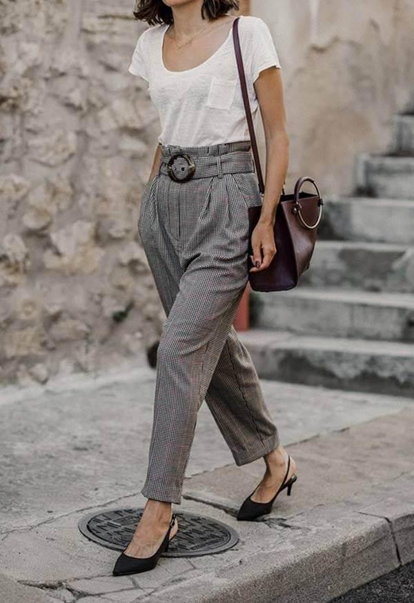 Foto de chica con pantalón gris