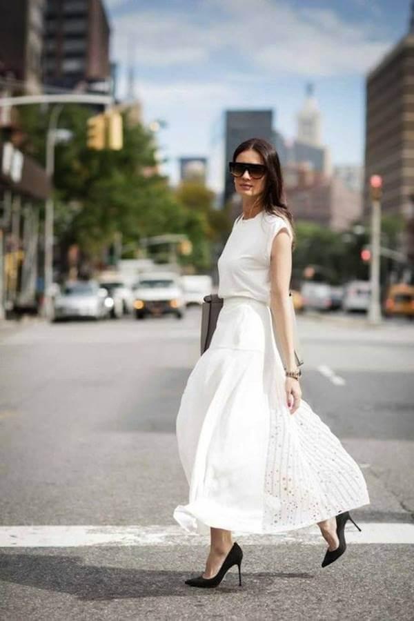 Foto de chica vestida con falda y blusa blanca