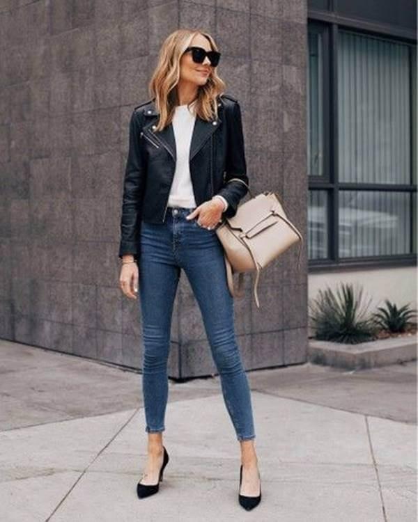Foto de chica con tacones negros, jeans y chaqueta de cuero negra