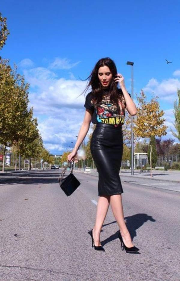 Foto de chica con tacones negros, falda de cuero tipo tubo y camiseta rockera