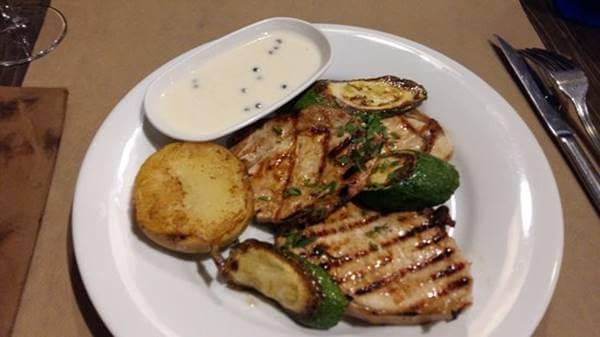 Foto de plato con salsa aparte, uno de los tips para seguir con la dieta cuando comes en restaurante