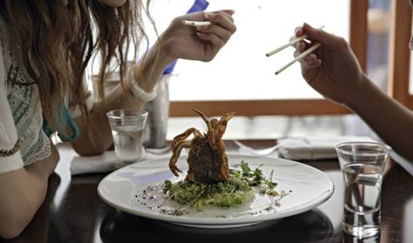 Foto de una pareja compartiendo un plato