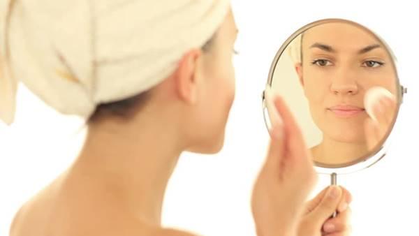 Foto de mujer limpiándose el rostro
