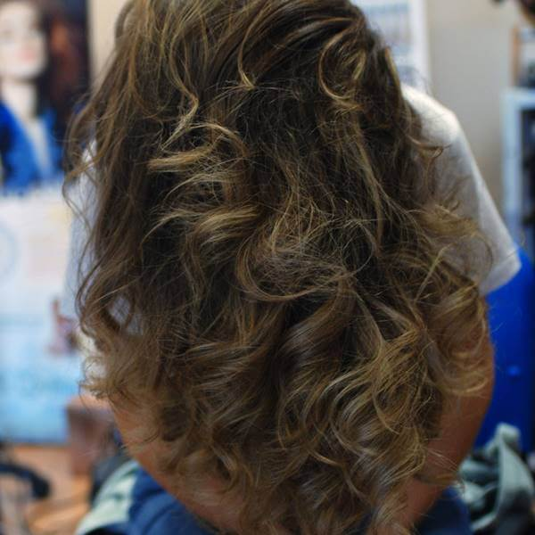 Foto de una chica aplicándose gel en el cabello