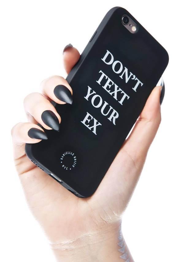 Foto de un teléfono en la mano de una mujer con mensaje sobre el ex