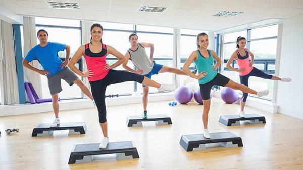 Foto de personas haciendo step, parte del kit para hacer ejercicio en casa