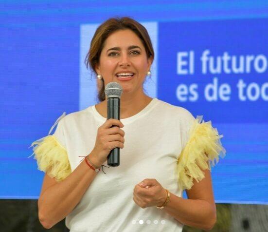 Las mangas de esta blusa de María Juliana Ruíz parecen cortinas