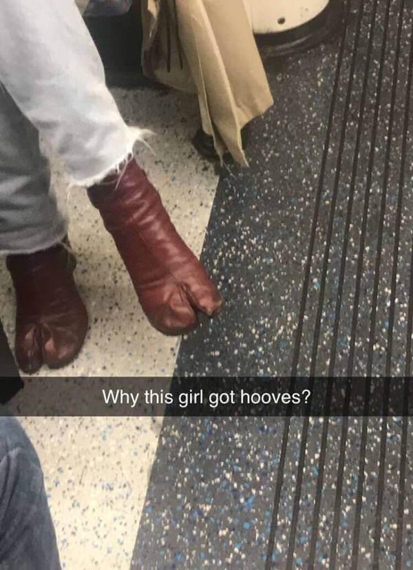 Foto de mujer usando botines con pezuña