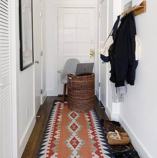 Foto de un computador sobre una canasta de ropa