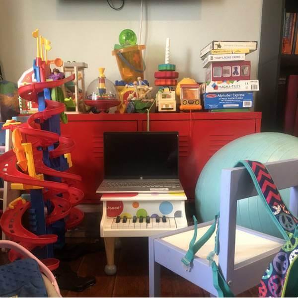 Foto de un computador sobre un piano de juguete