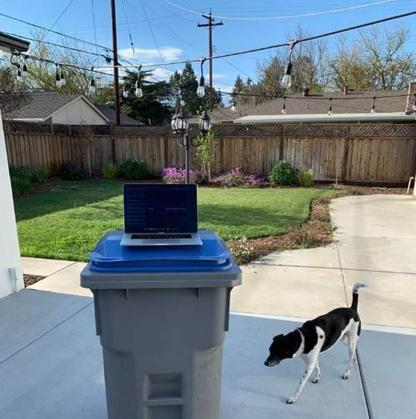 Foto de un computador sobre una caneca de la basura