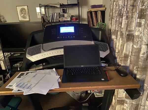 Foto de un computador sobre una trotadora