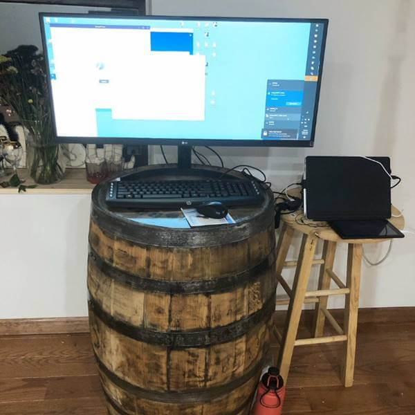 Foto de un computador sobre un barril - Teletrabajo: Expectativa vs. realidad