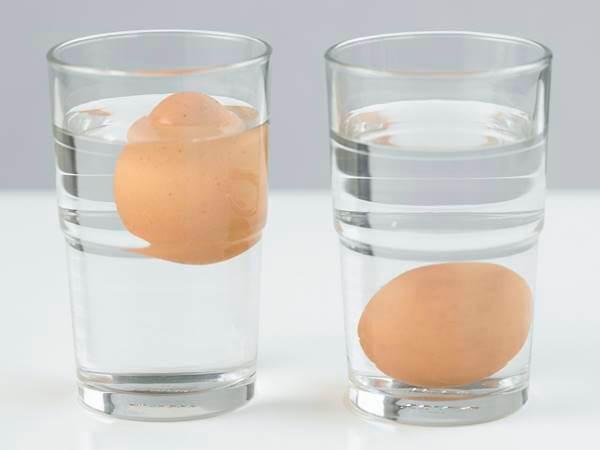 Foto de huevos en vasos de agua
