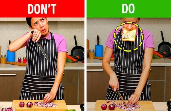 Foto de una mujer partiendo cebolla con un pan en la boca, uno de los trucos de cocina