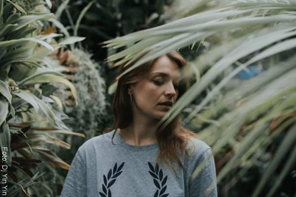 Foto de una mujer en medio de un jardín