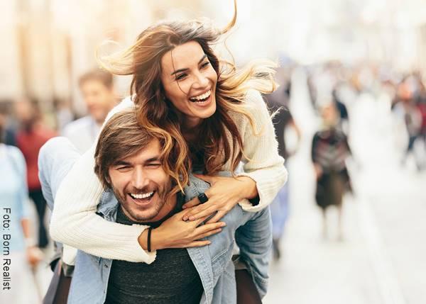 Foto de pareja hombre y mujer felices y riendo