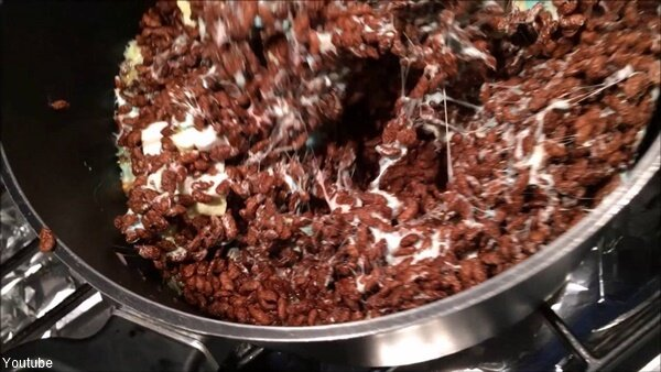 Choco Krispis con masmelos en una olla metálica