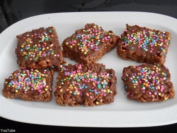 Barras de cereral de Choco Krispis y chispas de colores en plato pando color blanco