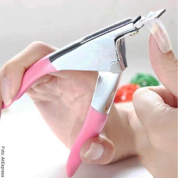Foto de una chica cortándose las uñas para ilustrar cómo quitar las uñas acrílicas fácil y rápido en casa quitar las uñas acrílicas fácil y rápido en casa