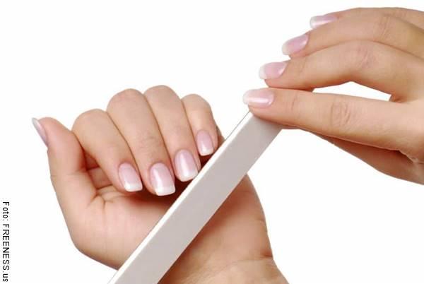 Foto de una chica limándose las uñas