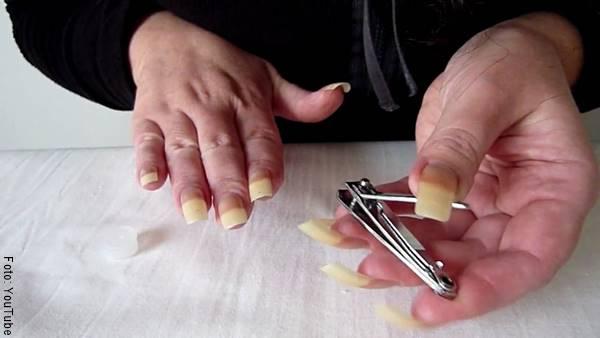 Foto de una señora cortándose las uñas