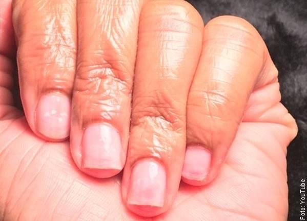 Fot de una mano con uñas naturales sin acrílico