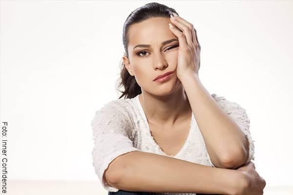 Foto de mujer aburrida que se pregunta cómo saber si solo quiere acostarse contigo
