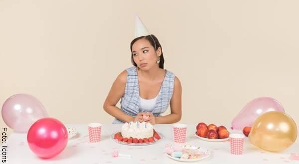Foto de mujer celebrando su cumpleaños sola en ¿cómo saber si solo quiere acostarse contigo?